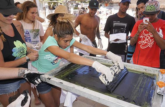 Biel Garcia e Marina Werneck foram os coachs dos meninos e meninas que participaram da ação do Hurley Surf Club, dando toques importantes para a evolução de cada participante. O fotógrafo Henrique Pinguim foi o responsável pela captura das imagens, posteriormente analisadas pelos nossos treinadores. Foi um dia incrível, com muito sol, boas ondas e uma vibe absurda de todos os envolvidos. Ainda rolou o Hurley Printing Press, onde os presentes puderam ter a experiência de customizar suas próprias camisetas. Em breve, muito mais do HSC no Brasil. Aguardem!